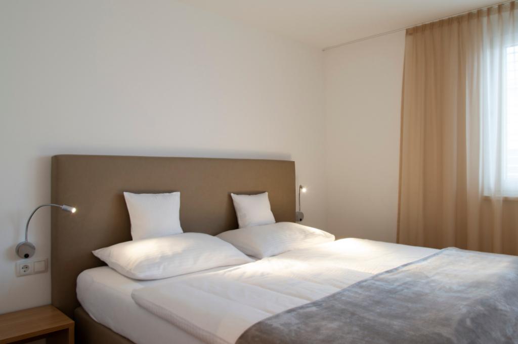 wohnen-dornbirn.at | Schlafzimmer mit bequemem Doppelbett